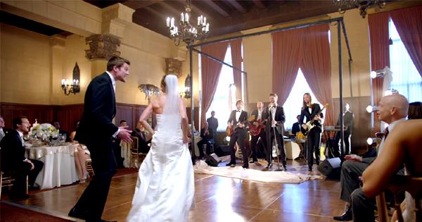 Esküvői zenekar ajándékba: Maroon 5 meglepetés amerikai módra!